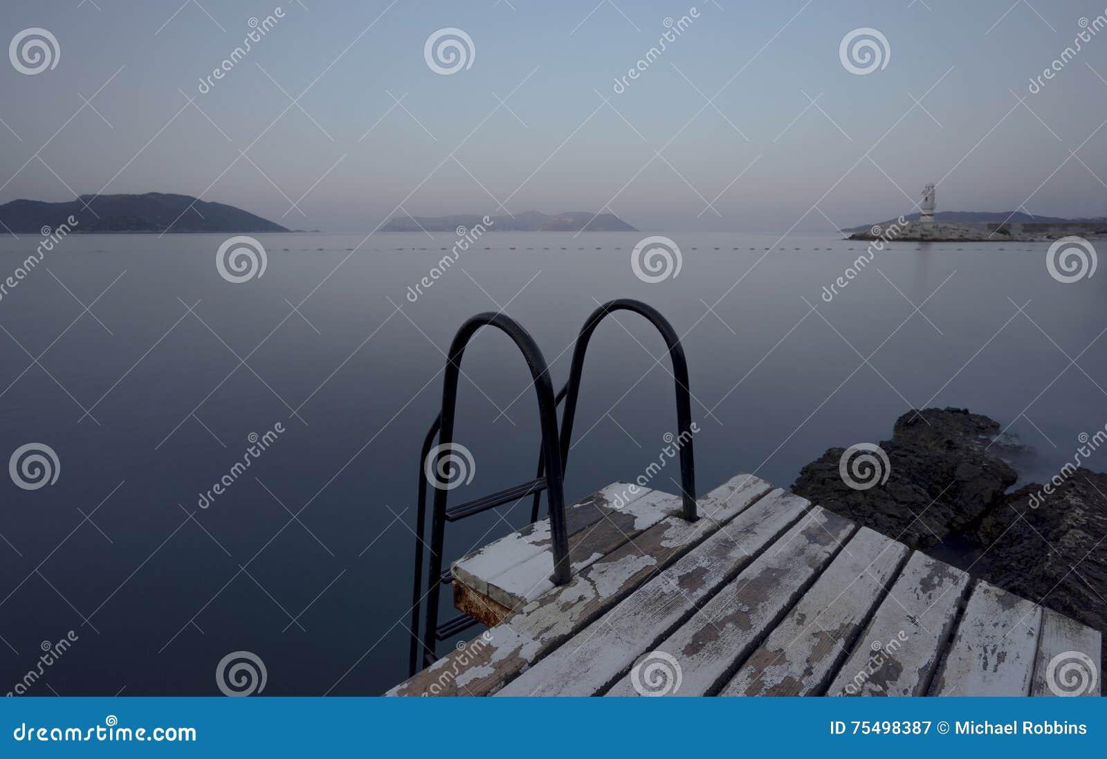 Kroki morze i pływacka platforma
