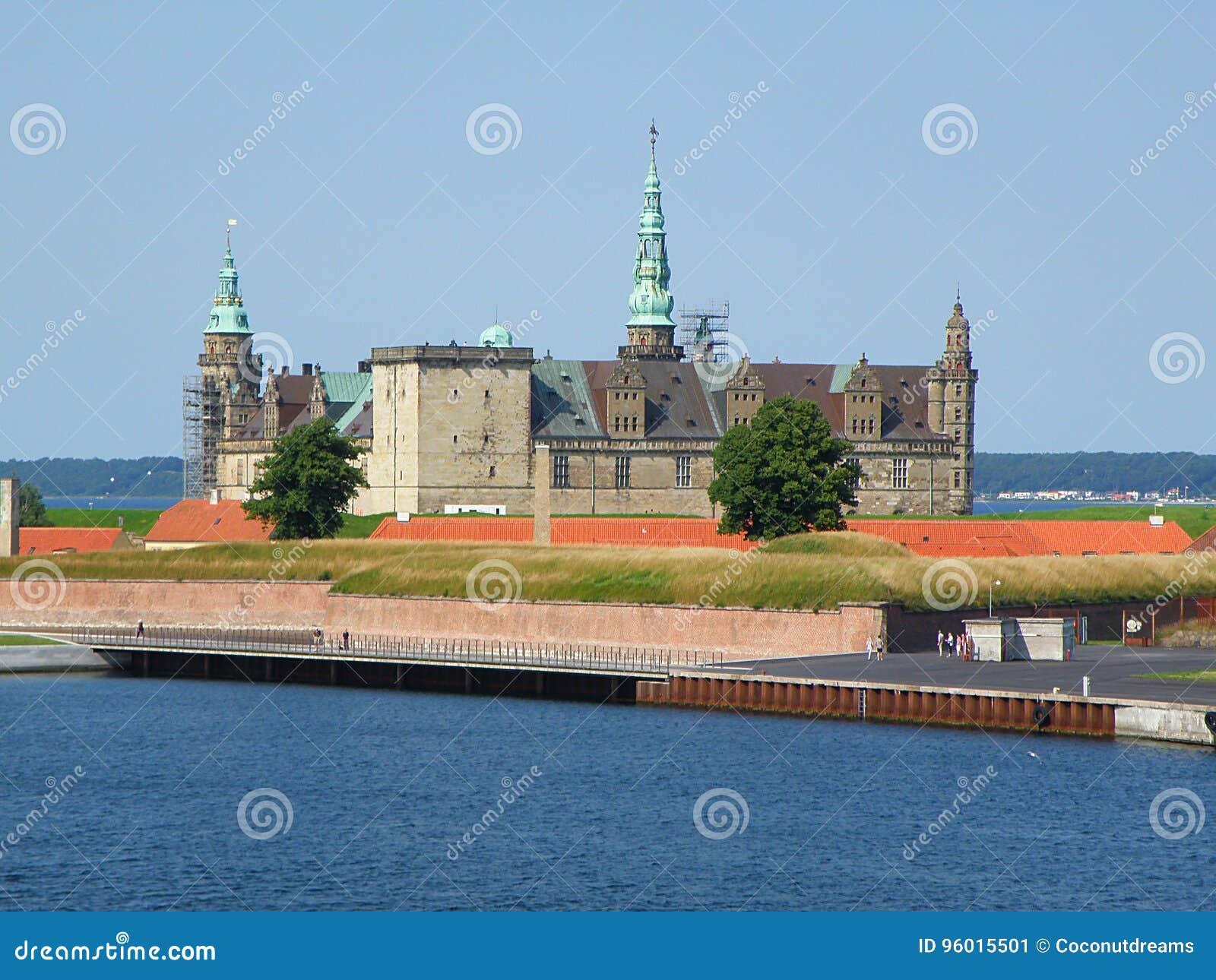 Kronborg przeciw pogodnemu niebieskiemu niebu, UNESCO światowego dziedzictwa miejsce w Helsingor