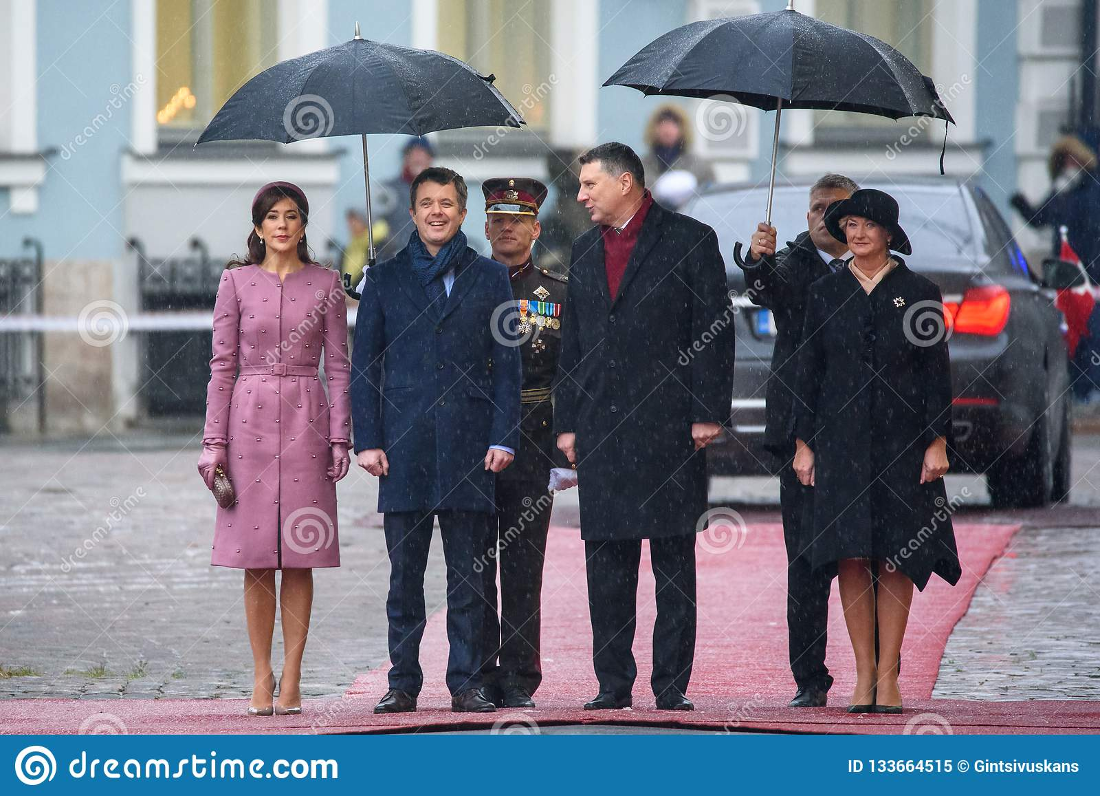 Kronprins av Danmark Frederik, kronprinsessa Mary Elizabeth av Danmark, Raimonds Vejonis och Iveta Vejone