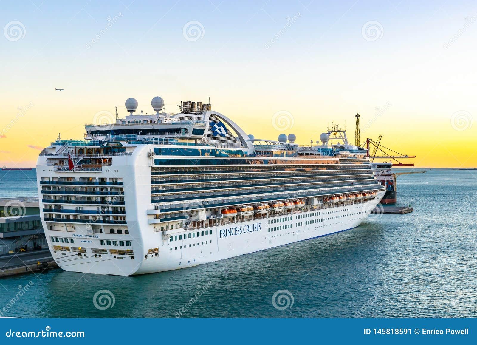 Kronprinzessin Cruise Ship angekoppelt am Barcelona-Kreuzfahrt-Hafenterminal bei Sonnenuntergang