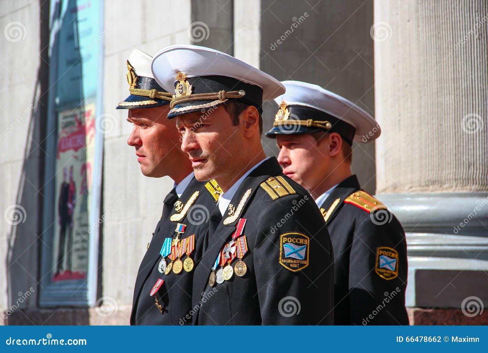 Kronstadt, RÚSSIA - 5 de setembro de 2012, atores Dmitry Ulyanov, Maksim Averin e Mitya Labush no grupo da série de televisão sob