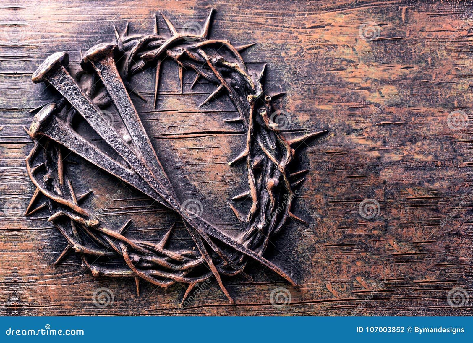 Kroon van doornen en spijkers op steen worden gegraveerd die
