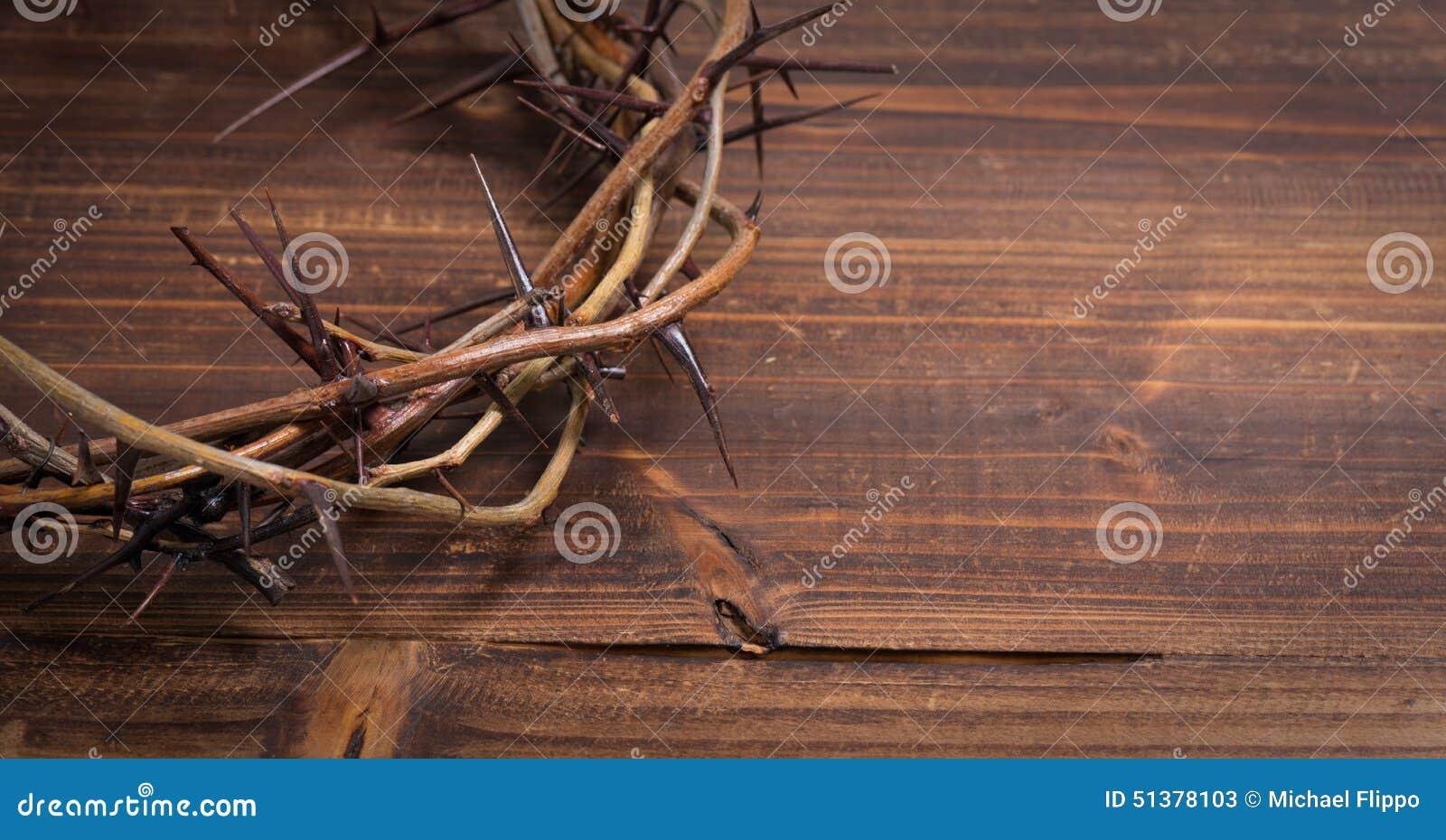 Kroon van doornen op een houten achtergrond - Pasen