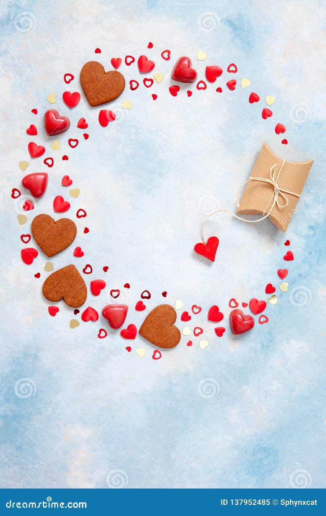 Kroon van snoepjes, koekjes en hartbeeldjes met giftdoos op blauwe achtergrond Concept voor de Dag van Valentine, 8 Maart en ande