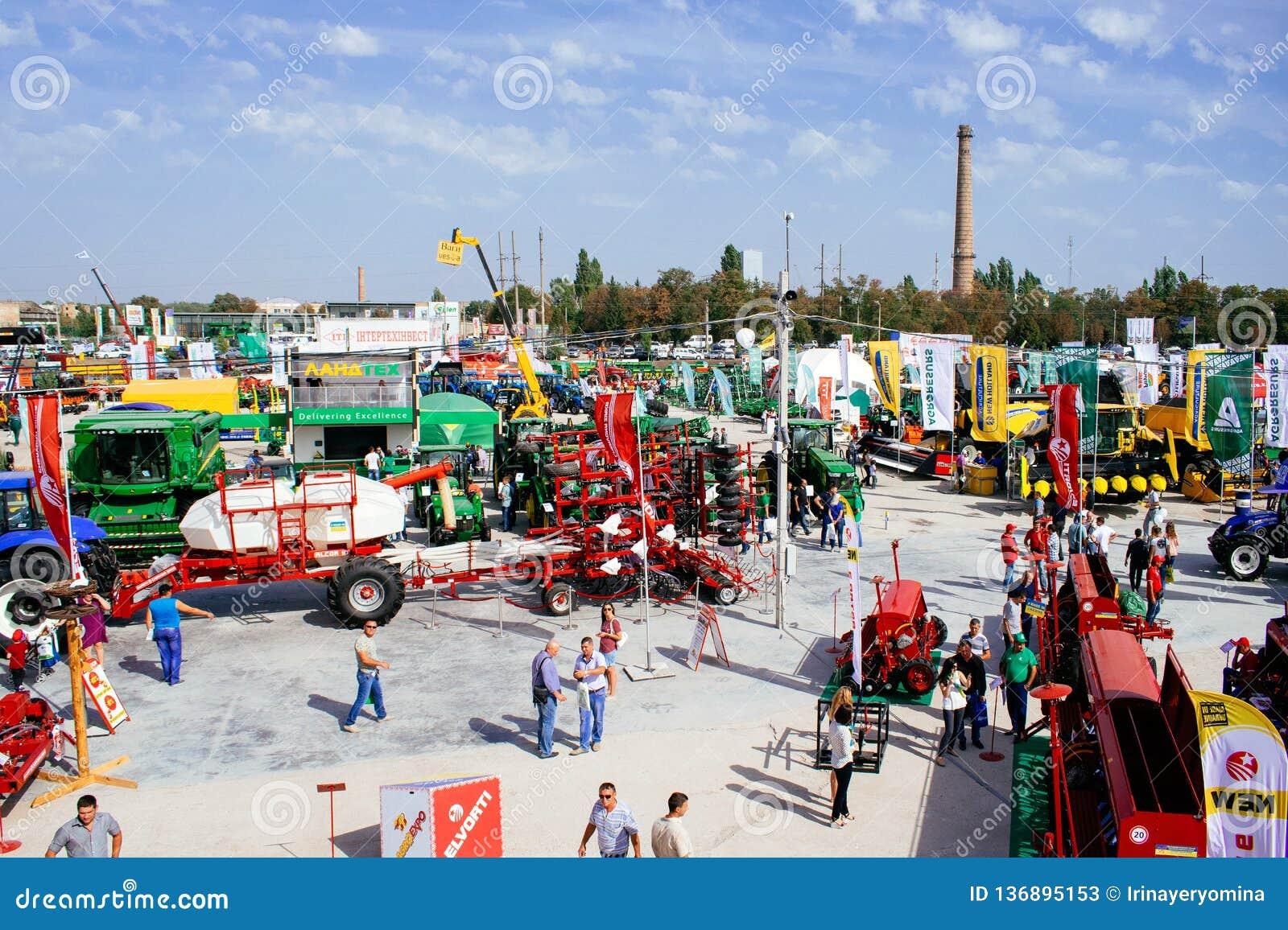 """KROPIVNITSKIY; UKRAINA †""""22 Wrzesień; 2017: Panoramicznego widoku rolnicza wystawa Agroexpo-2017 Eksponenty, goście"""
