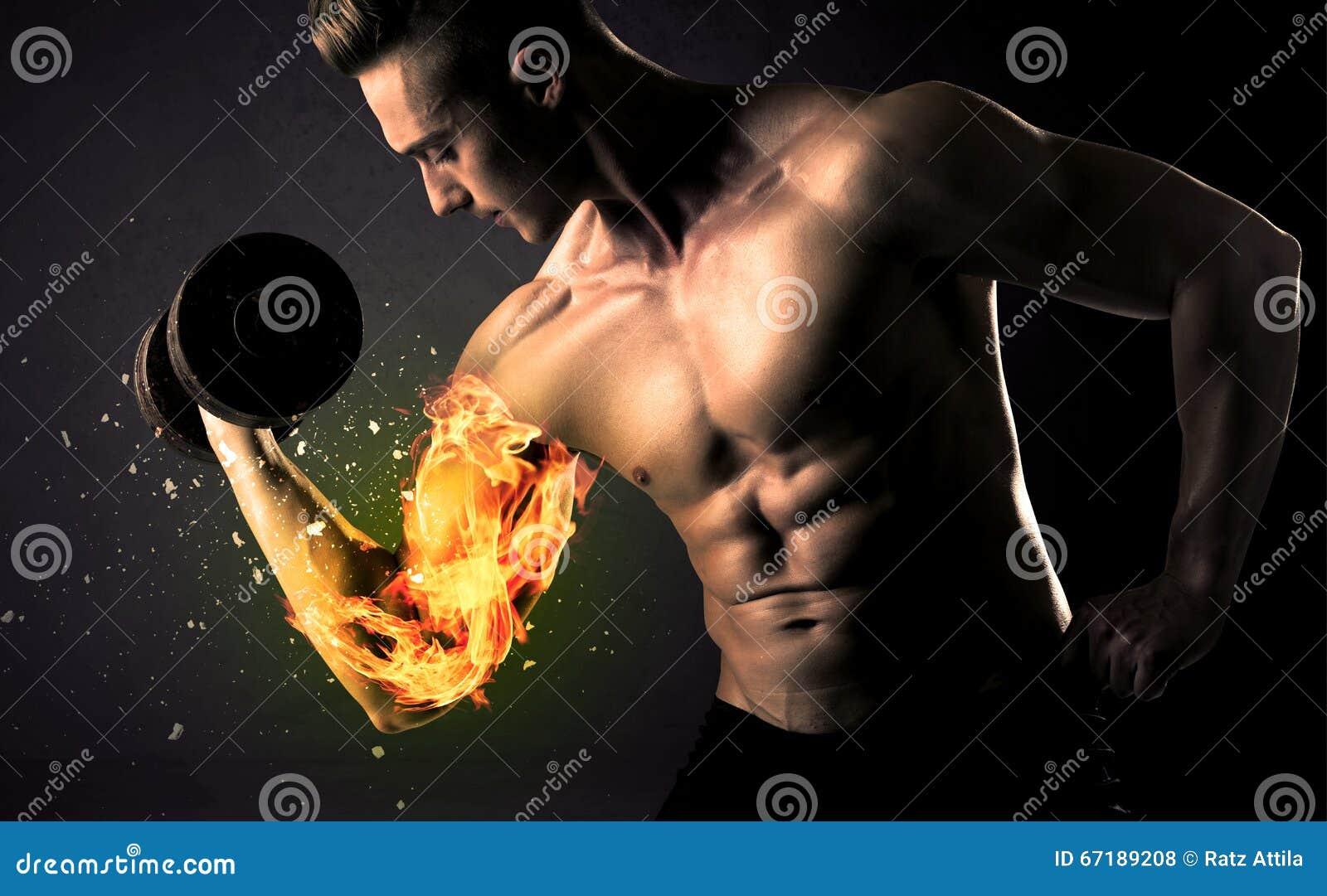 Kroppsbyggareidrottsman nenexploderar lyftande vikt med brand armbegrepp