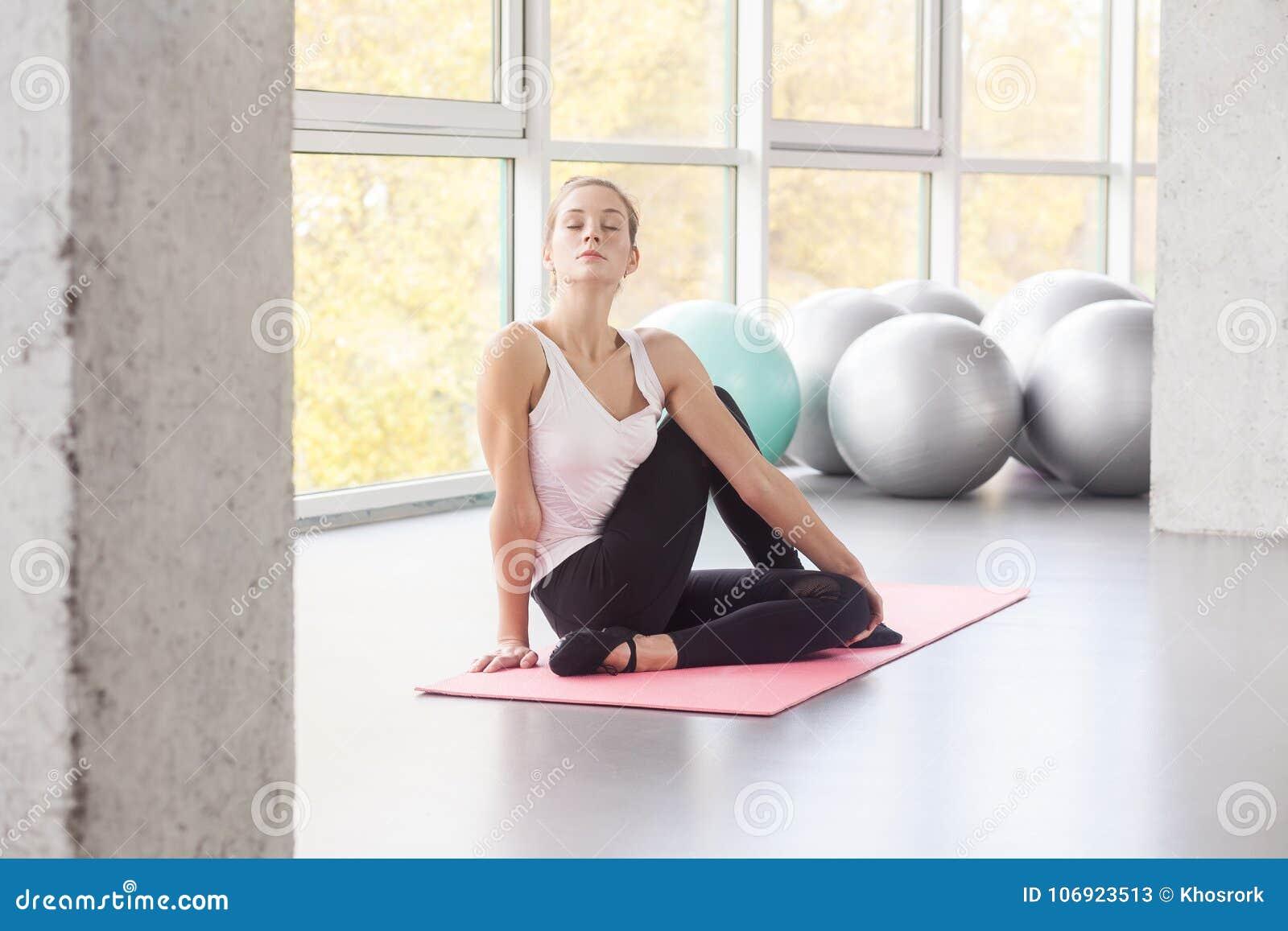 Krowy twarz, przygotowanie postura Kobieta robi joga, relaxating, clo