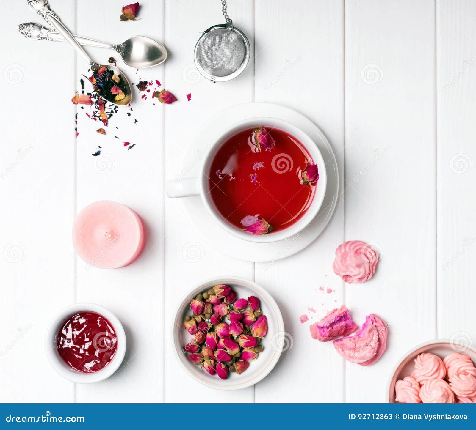 Kruiden nam thee, droge rozen en andere roze gekleurde voorwerpen toe