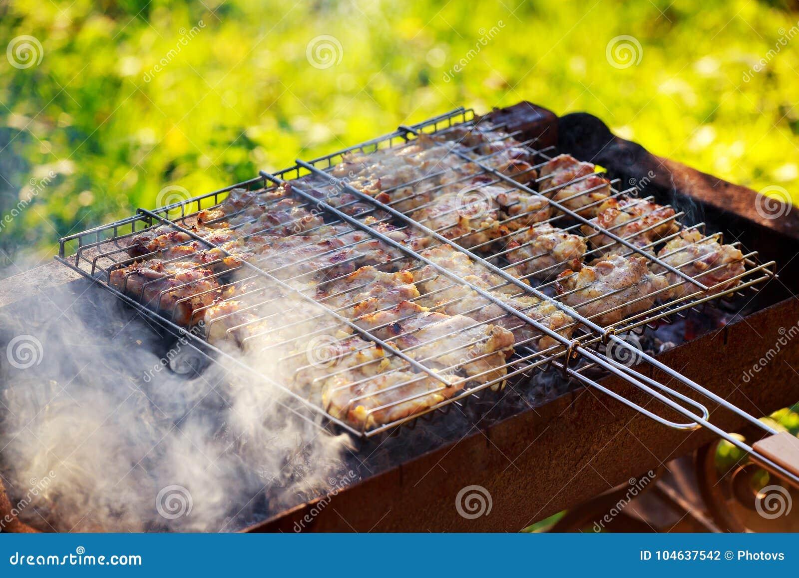 Download Kruidige Gemarineerde Kippentrommelstokken Die Over De Vlammen Koken Stock Foto - Afbeelding bestaande uit brand, voedsel: 104637542