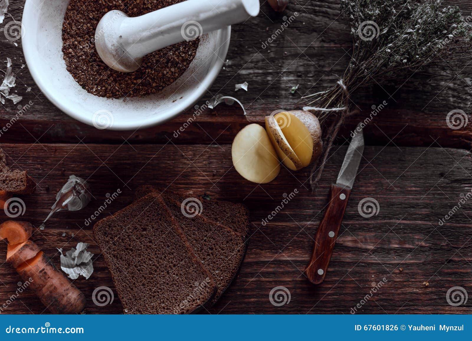 Kruidige keuken op houten bureaus