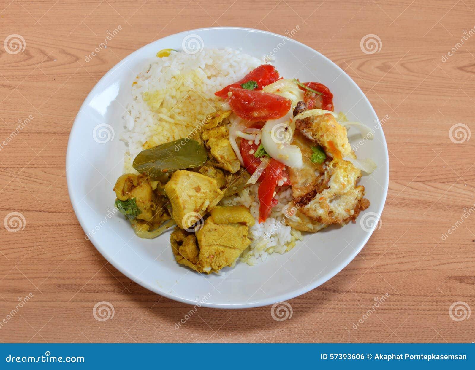 Kruidige salade met gebraden ei en kippenkerrie
