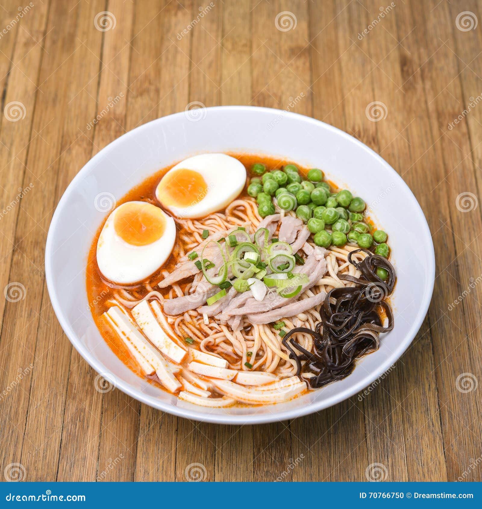 Kruidige Tom Yum, Romig Varkensvlees Ramen met Ei, Sugar Pea, Tofu en M