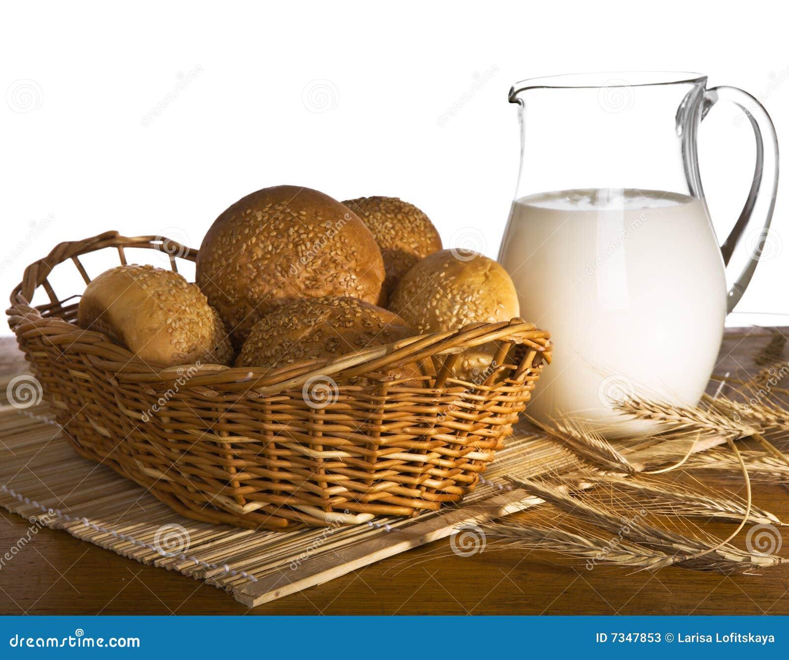 Kruik met melk, brood en tarwe