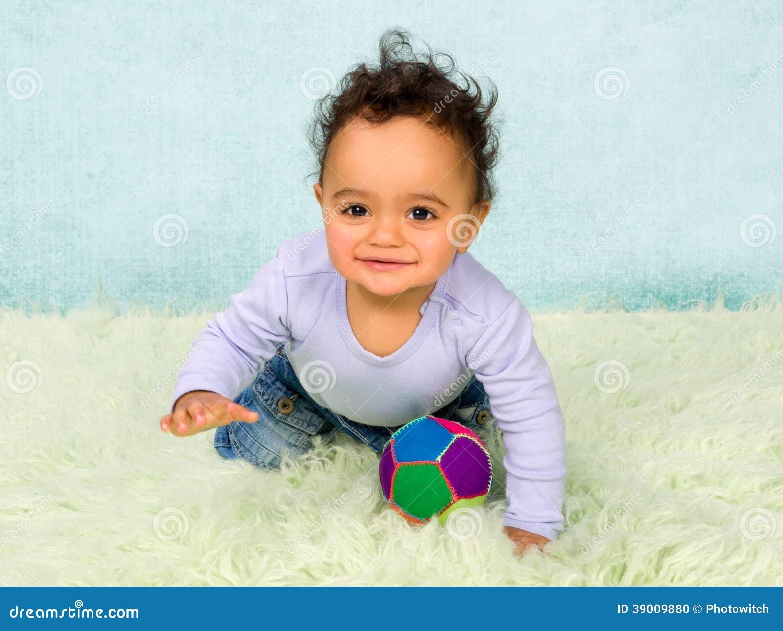 Kruipende babyjongen stock foto afbeelding bestaande uit jongen
