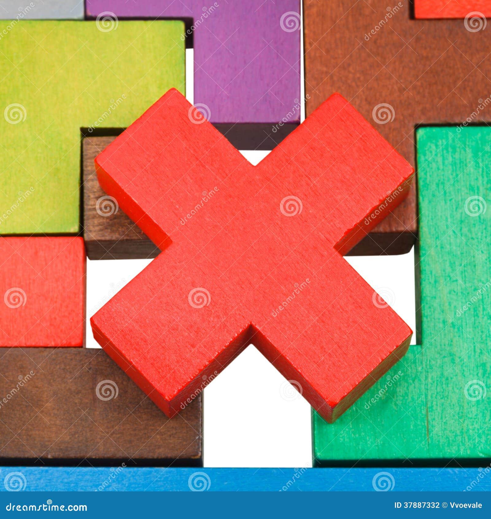 Kruis gestalte gegeven stuk op houten raadsel dicht omhoog