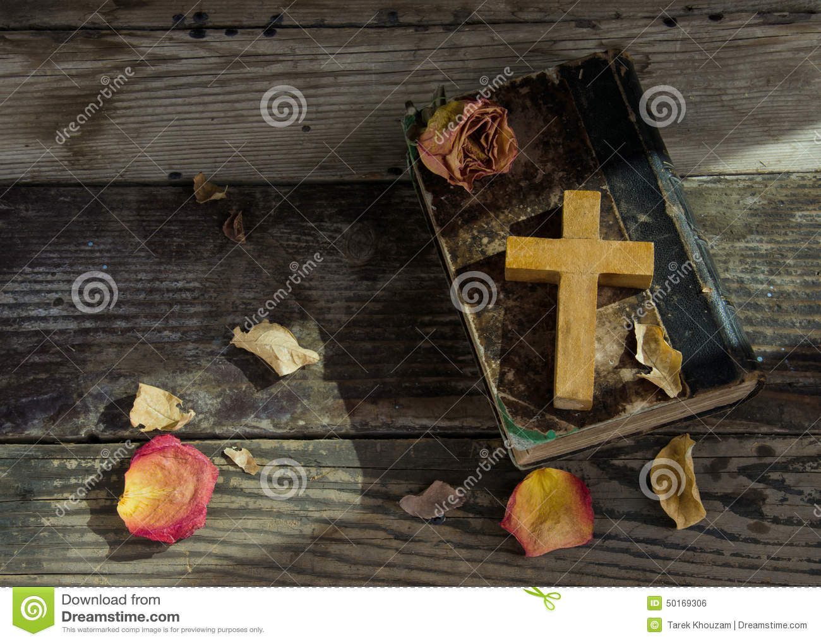 Kruis op een bijbel