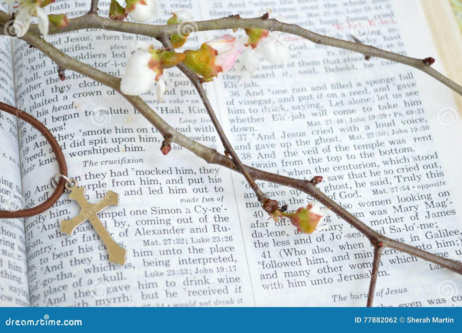 Kruis, scripture, en bloemen - close-up