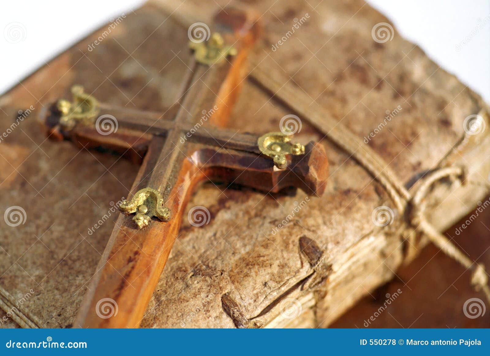 Kruisbeeld op boek