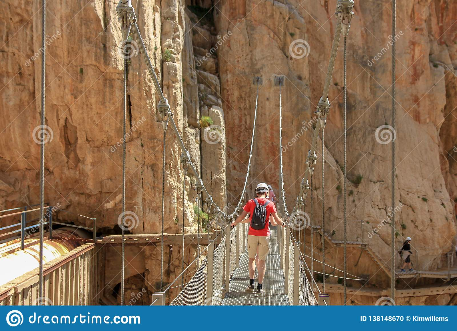 Kruising cliffes door een hangende brug met calbes