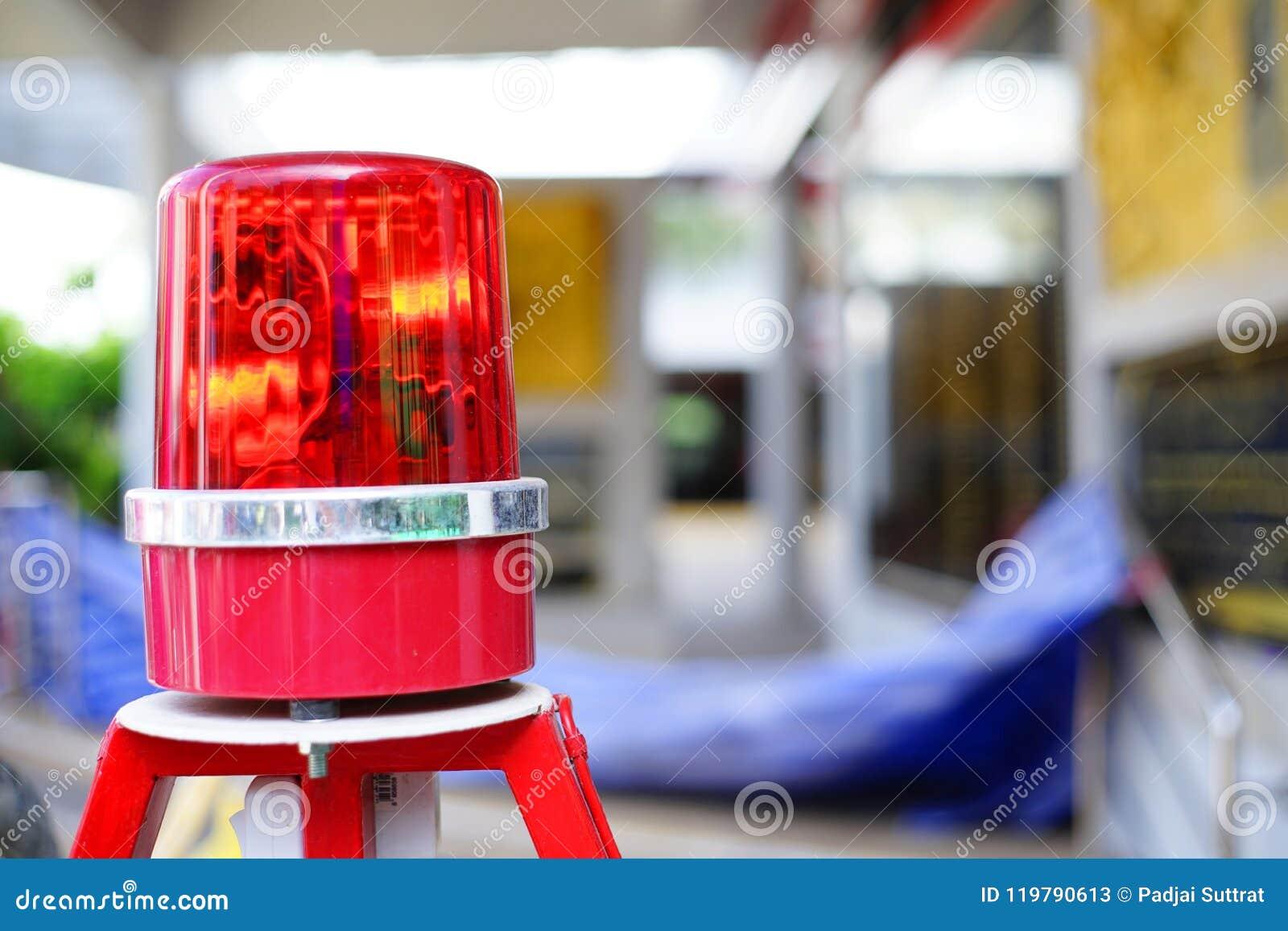 Kruist het sirene lichte waarschuwingsbord voor studenten de straat, in Thailand