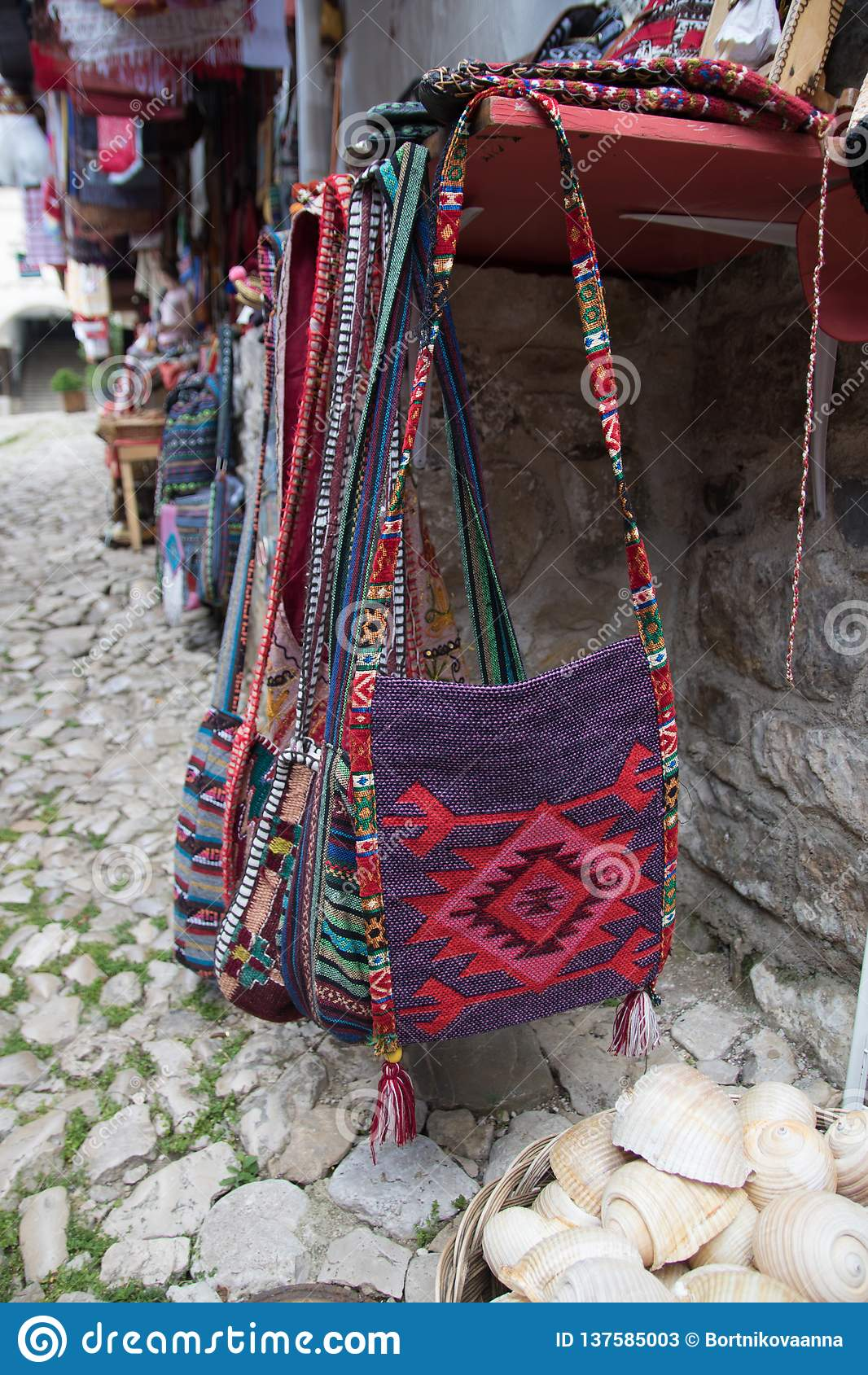 KRUJE, ALBANIË - Juni 2018: Traditionele Ottomanemarkt in Kruja, geboortestad van Nationale Held Skanderbeg Vlooienmarkt binnen