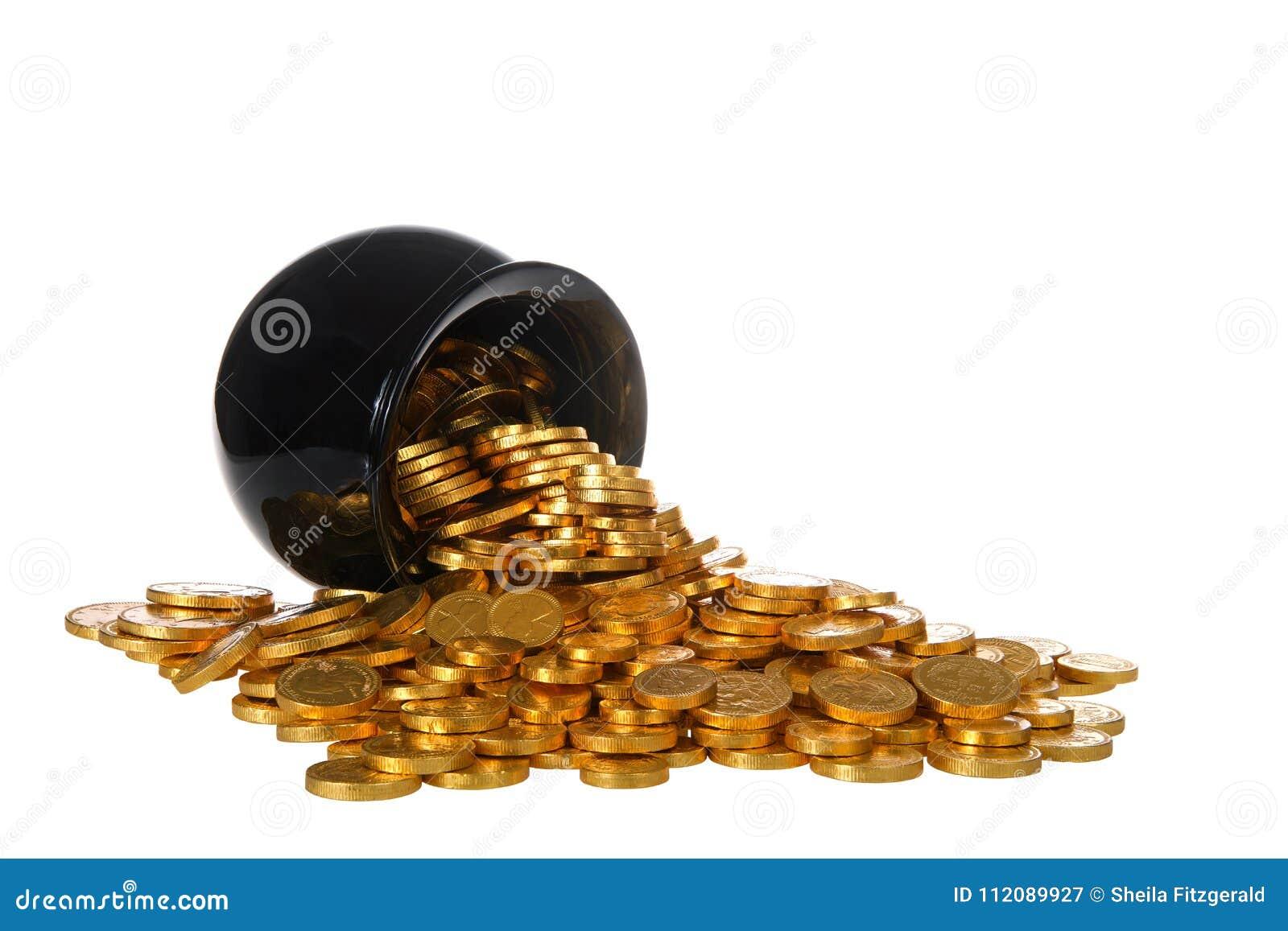Kruka av guld- mynt som över spiller på isolerad vit bakgrund
