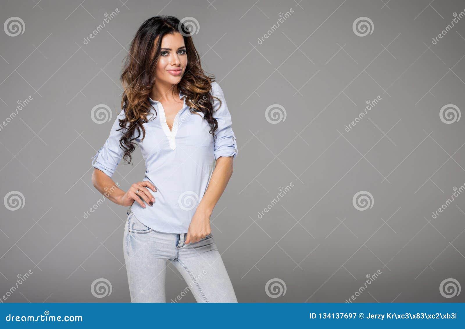 Krullende haired donkerbruine vrouw
