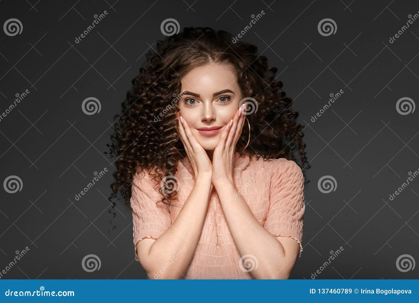 Krullende het kapseldame van de haarvrouw met lang donkerbruin haar