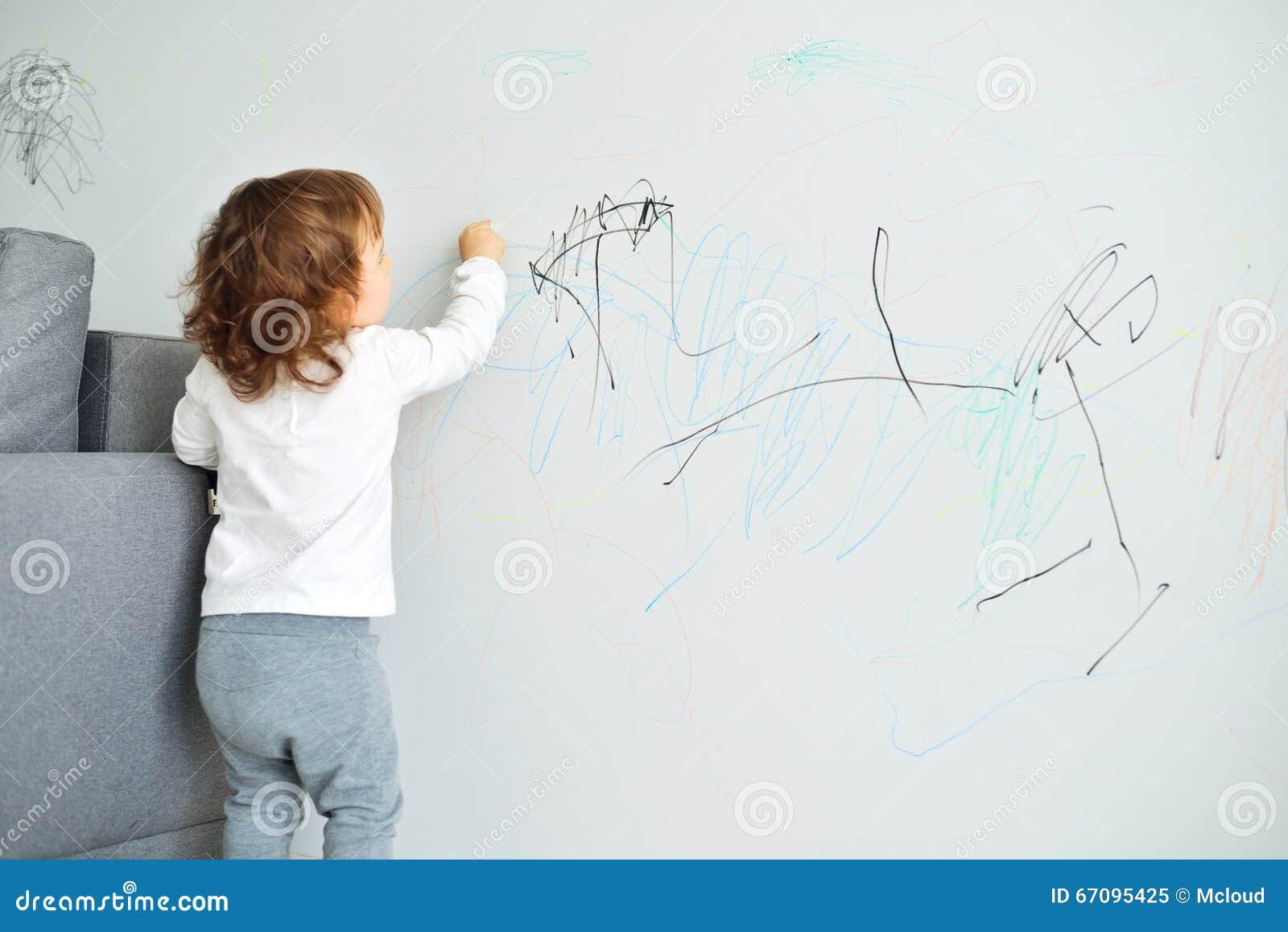 Krullende leuk weinig tekening van het babymeisje met ...