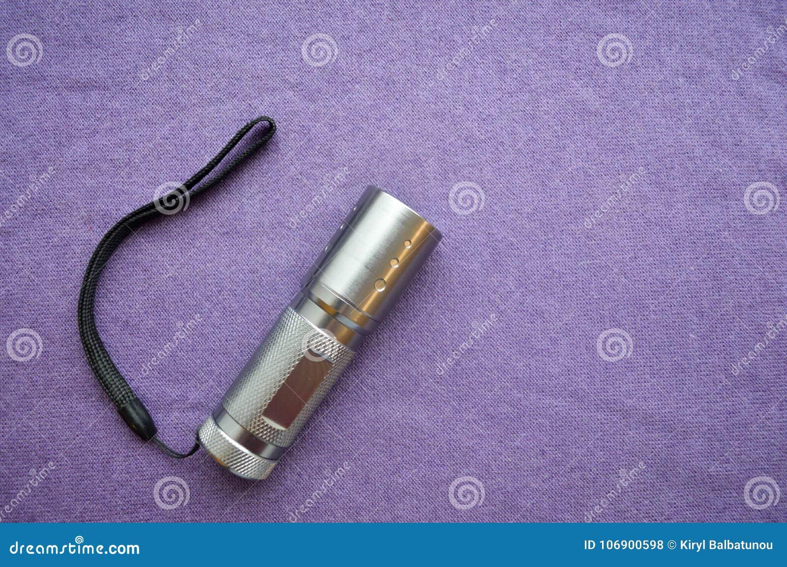 Kruszcowy, błyszczący, robi stal nierdzewna PROWADZIŁ ręki latarkę
