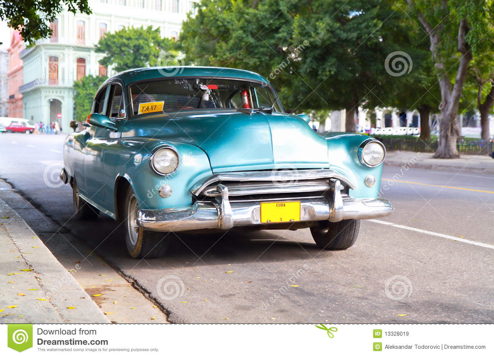 Kruszcowy oldtimer samochód w ulicach Havana