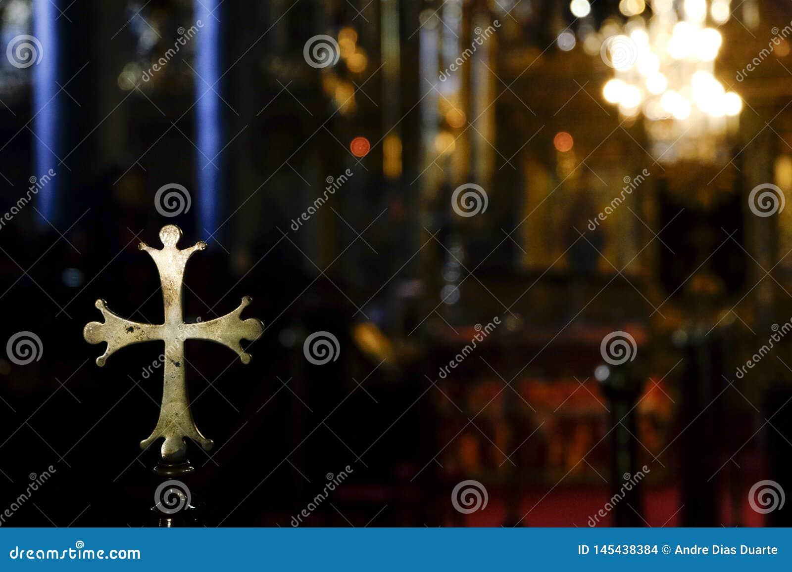 Kruszcowy złoty zaokrąglony krzyż wśrodku kościół