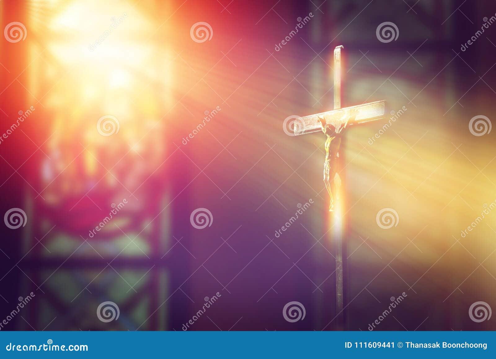 Kruzifix, Jesus auf dem Kreuz in der Kirche mit Strahl des Lichtes