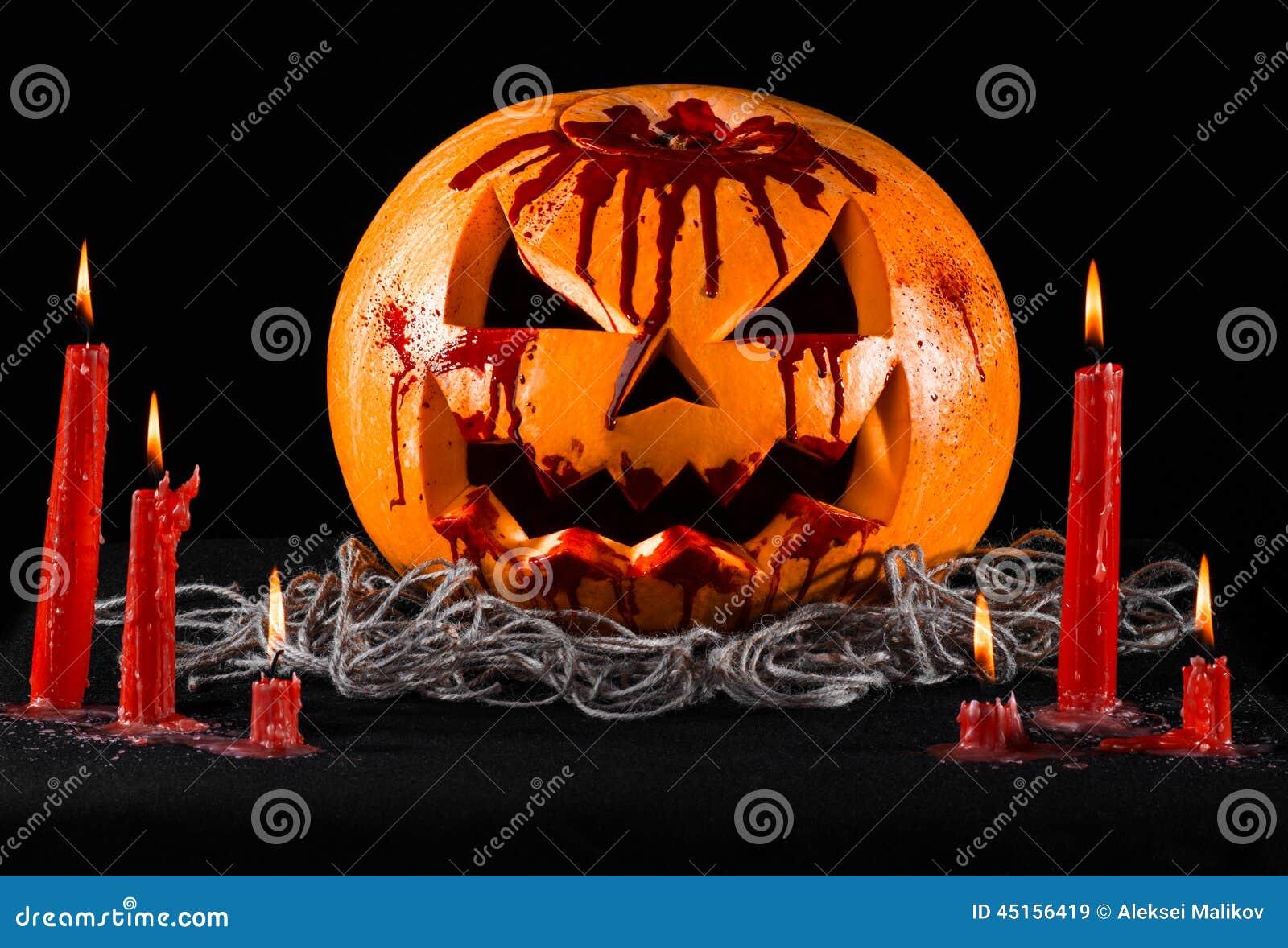 Krwista bania, dźwigarka lampion, dyniowy Halloween, czerwone świeczki na czarnym tle, Halloween temat, dyniowy zabójca