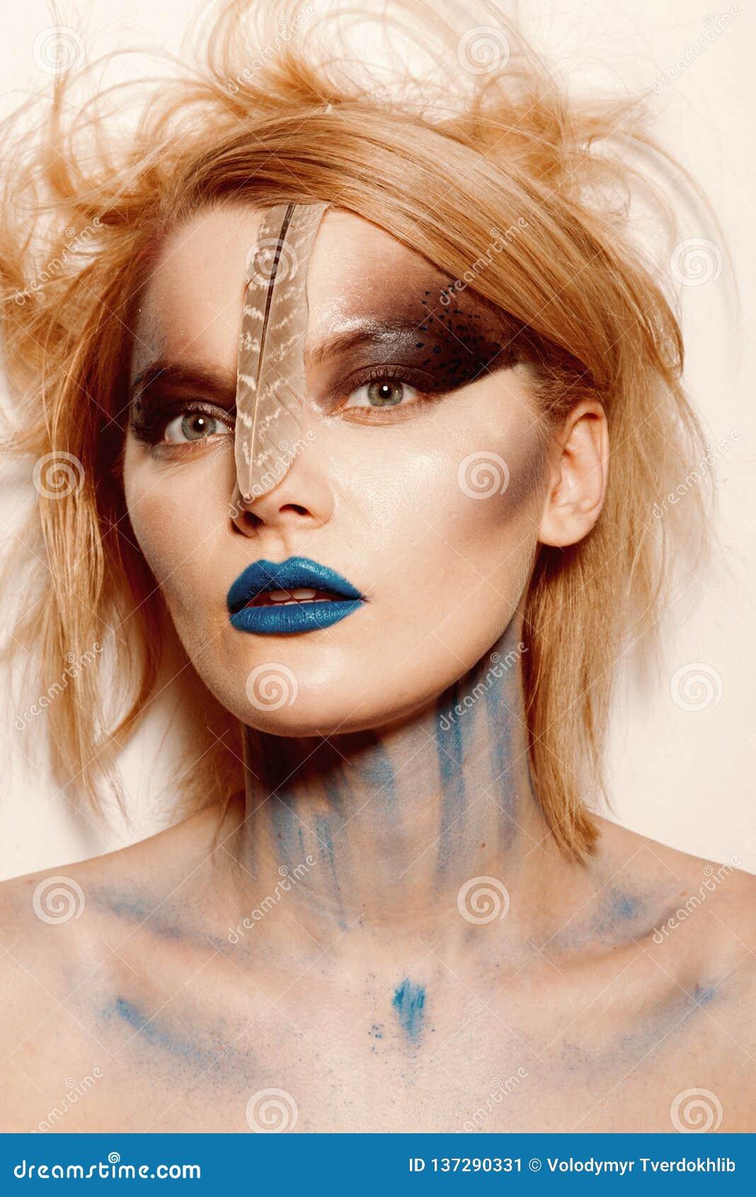 Krwisty Halloween i horrorze Makeup skincare i kosmetyki Piękno fryzjer i salon Seksowna kobieta z tajemnicy makeup