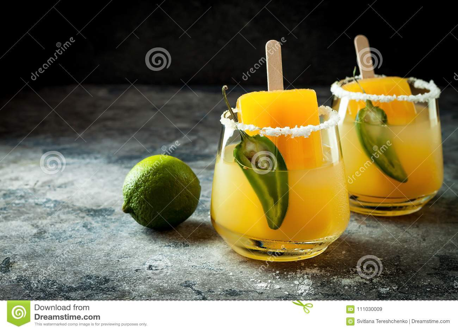 Kryddig coctail för mangoisglassmargarita med jalapenoen och limefrukt Mexicansk alkoholdryck för det Cinco de mayo partiet
