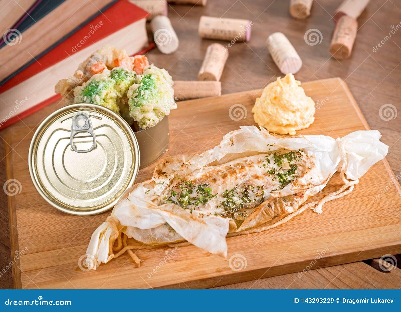 Kryddig havsbas med lagade mat grönsaker och mosade potatisar