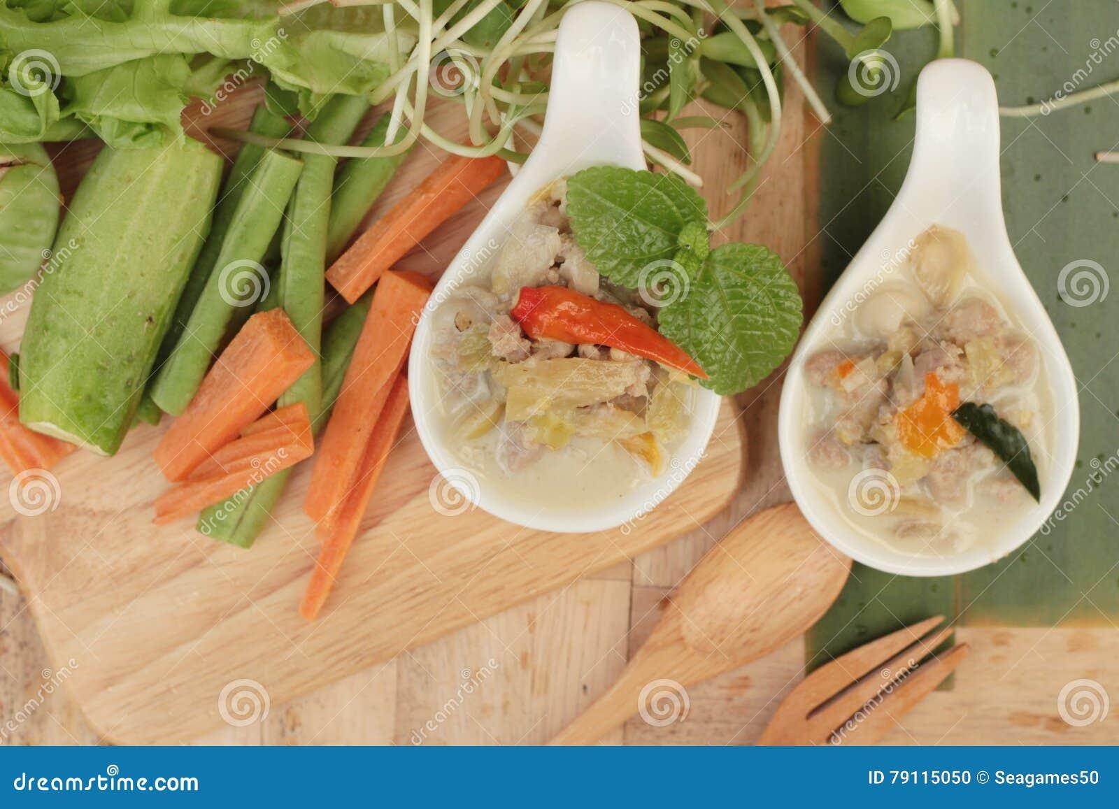 Kryddig sakta kokningananas med griskött och grönsaker