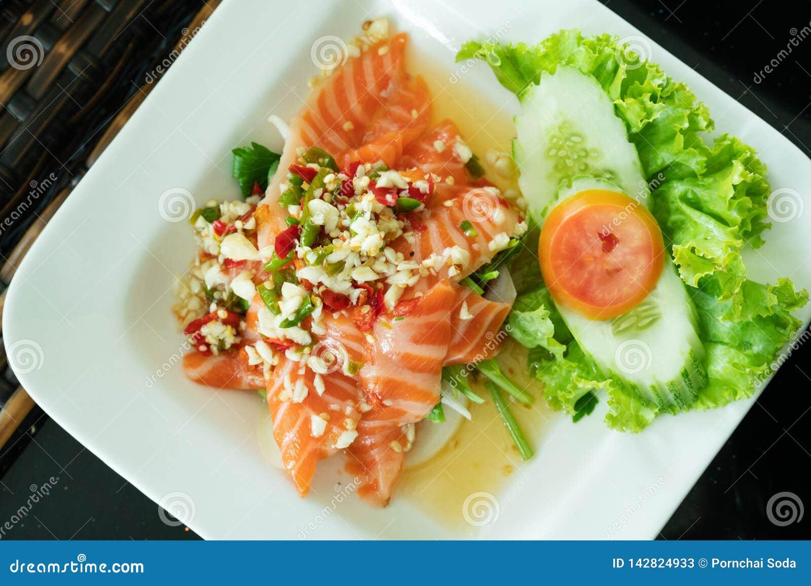 Kryddiga Salmon Salad med den ny chili och vitlök, thailändsk matstil Hemmet gjorde mat Begrepp för ett smakligt och sunt mål, bä