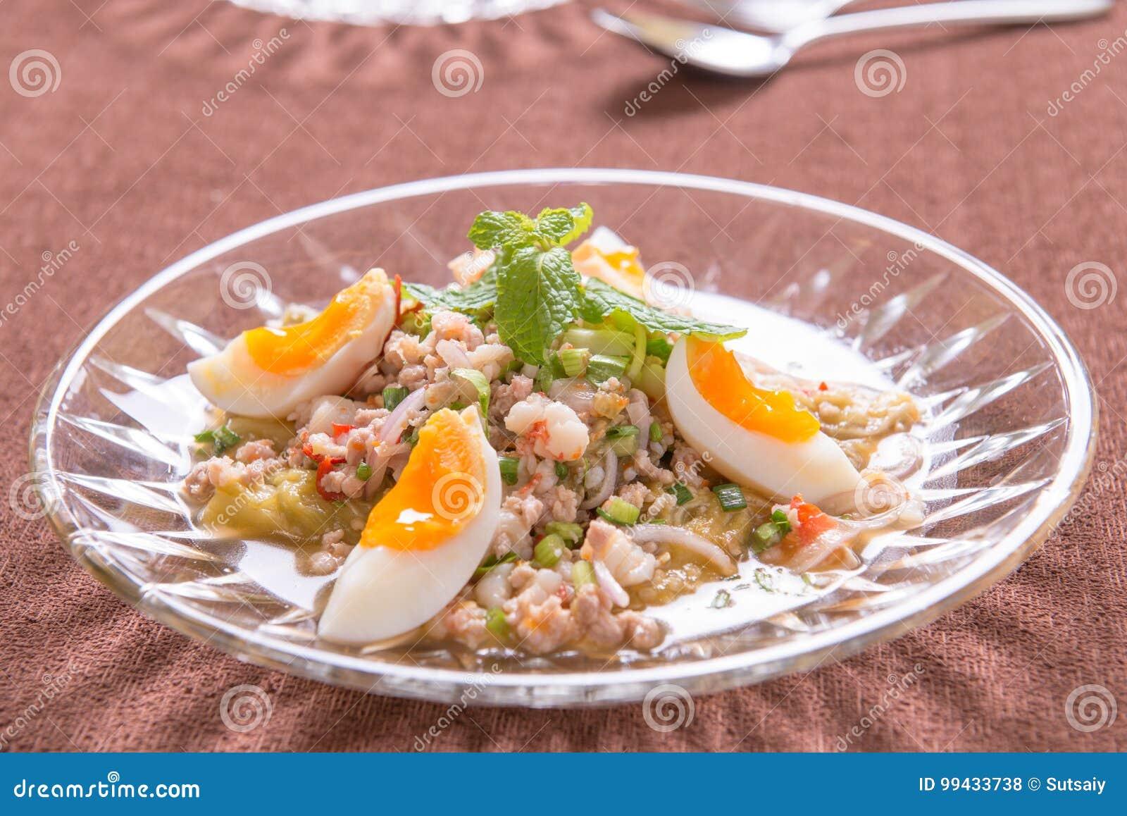 Kryddigt griskött och ägg