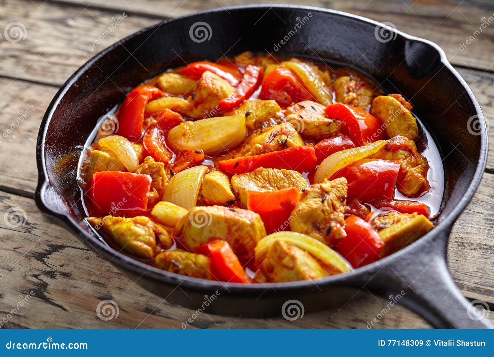 Kryddigt stekt kött för feg sund traditionell indisk kulturcurry för jalfrezi med chili och grönsaker