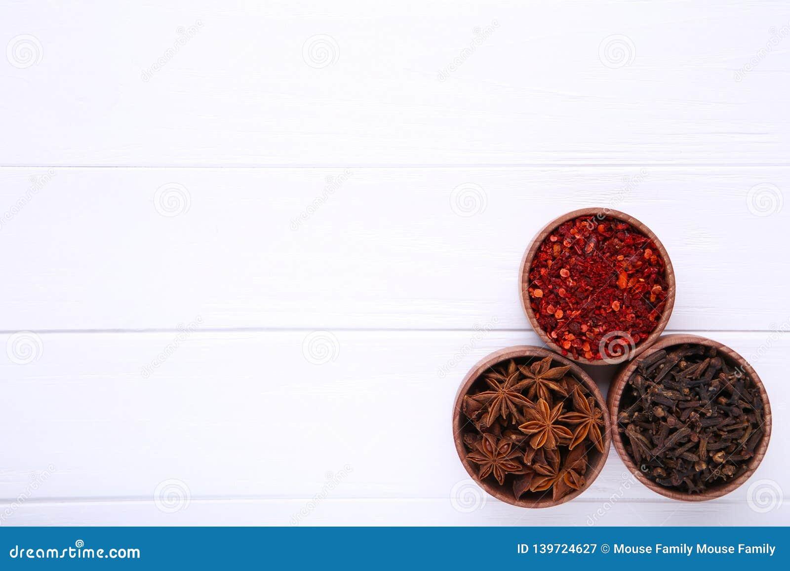 Kryddor blandar på en vit träbakgrund Top beskådar