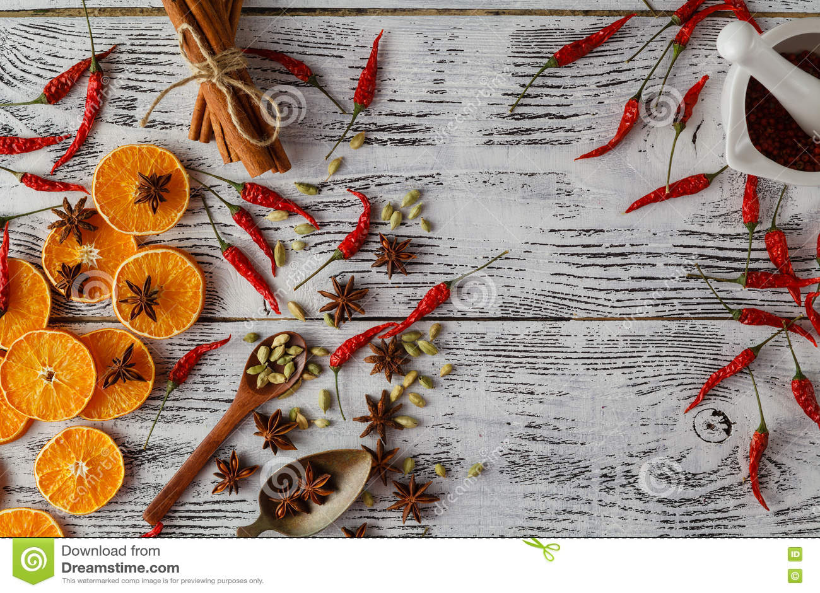 Kryddor för hed- och örtingrediensmatlagning på trätabellen Fl