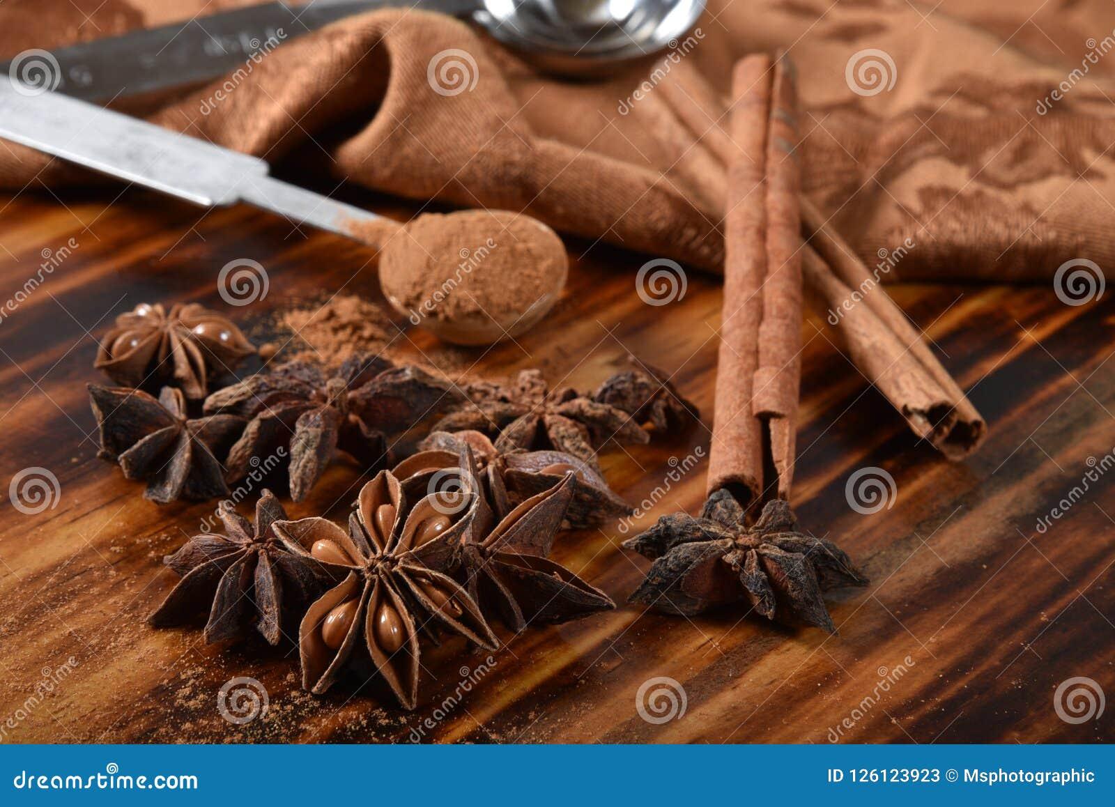 Kryddor för stjärnaanis och kanel
