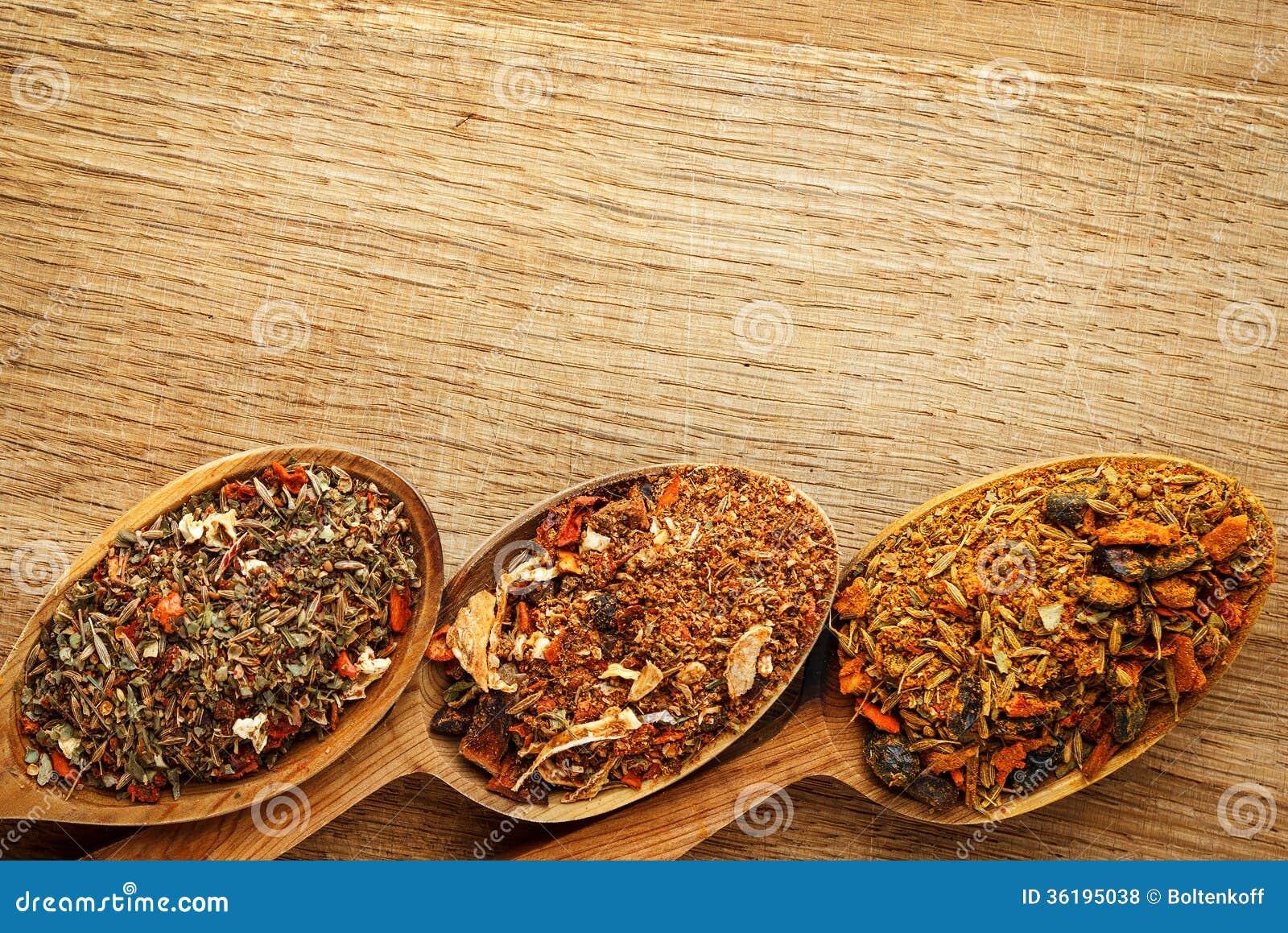 Kryddor i träskedar