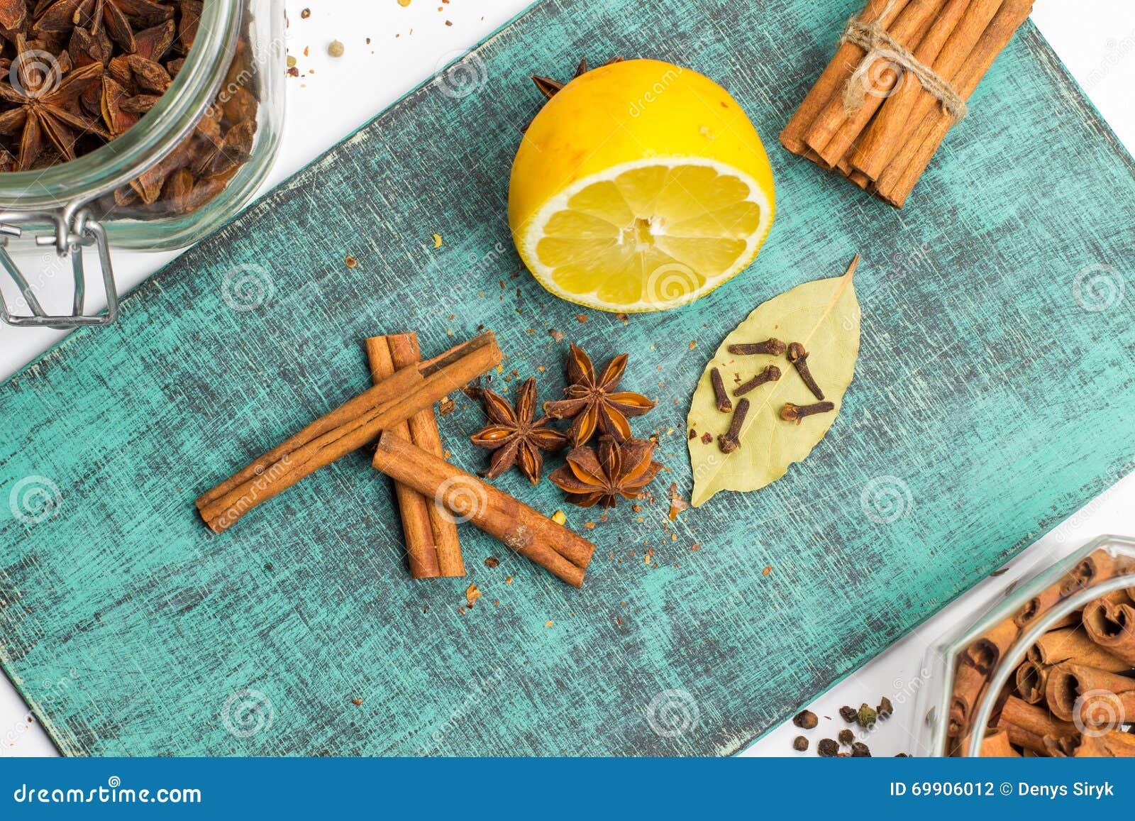 Kryddor och örtar Mat kokkonstingredienser, kanel, kryddnejlika, anis, citron