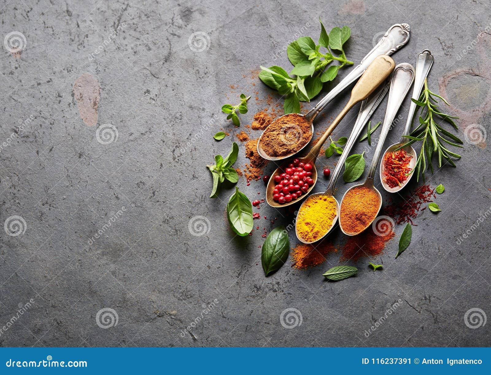 Kryddor på svart bräde