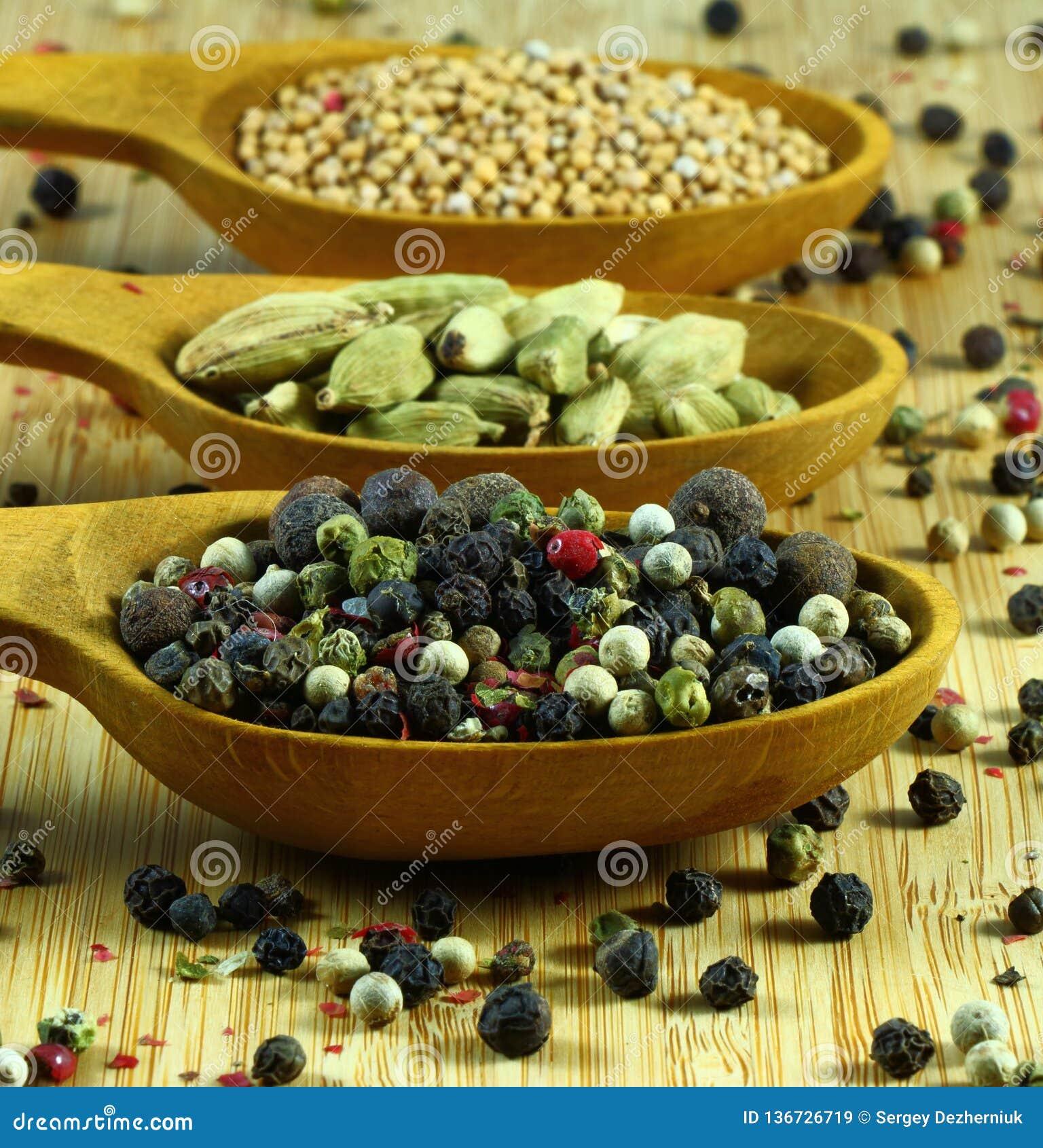 Kryddor; peppar kardemumma, senap