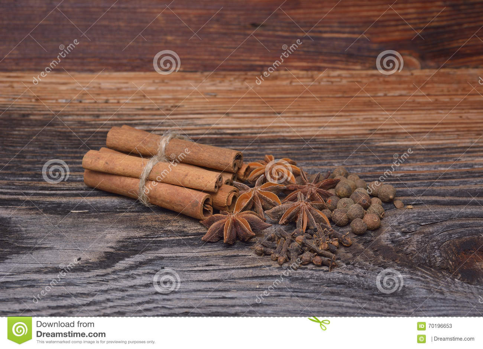 Kryddor som ligger på en träyttersida
