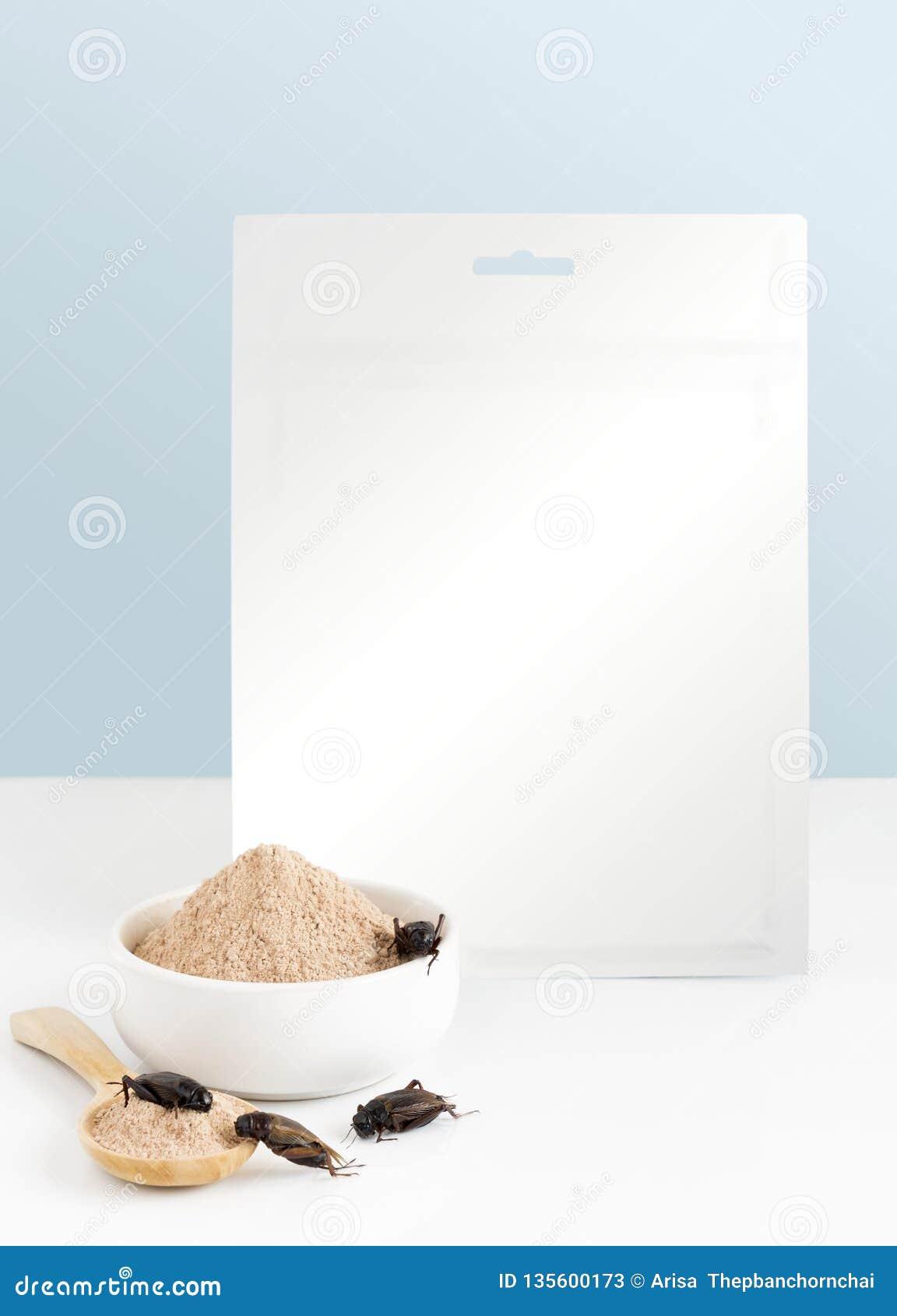 Krykieta prochowy insekt dla jeść jako produkty spożywczy robić kulinarni insekty mięśni w pucharze i łyżce z pakunek torbą na bi